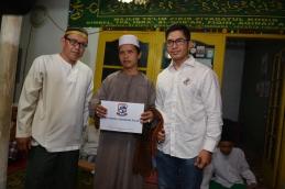 Pemberian PaLaPa secara simbolis kepada pengurus masjid ziyadatul khohir